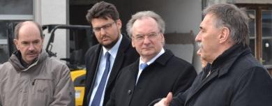 Beim Betriebsrundgang Frank Schuster, Tobias Krull, Ministerpräsident Dr. Reiner Haseloff und Hans-Jörg Schuster