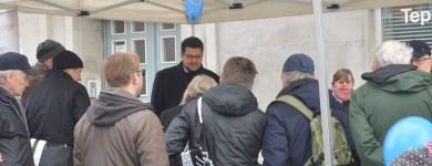 Im Gespräch mit Bürgern bei der Meile der Demokratie