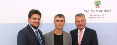 Sportminister Holger Stahlknecht MdL (r.) übergab am 08. Juni 2017 an den Vizepräsidenten des SC Magdeburg René Bethke (m.) einen Fördermittelbescheid zur Beschaffung notwendiger Sportgeräte. Ebenfalls anwesend der CDU-Kreisvorsitzende Tobias Krull MdL (l.)