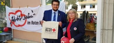 Beim Infostand zum Weltrotkreuztag am 08. Mai Britta Goehring vom DRK Regionalverband Magdeburg-Jerichower Land e.V.