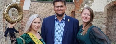 Am 01.09.2018 hatte ich die Ehre der neuen Magdeburger Jungfrau Christina (l.) zu ihrem neuen Amt zu gratulieren und der bisherigen Amtsinhaberin Sophie (r.) für ihre bisherige Arbeit zu danken.