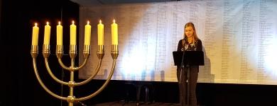 Die Schülerin Shania Timpe bei ihrem sehr eindrücklichen Beitrag als Reflektion auf den Besuch der Gedenkstätte Auschwitz.