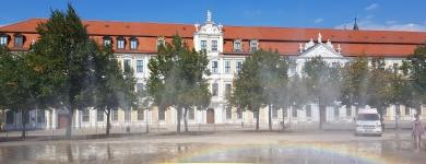 Blick auf den Landtag mit Wasserspiel