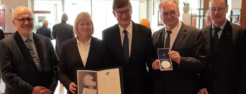 Gruppenphoto bei der DIG-Hauptversammlung nach der Verleihung der Ernst-Cramer-Medaille an die Helmholtz-Gesellschaft, vertreten durch Prof. Dr. Wiestler (mitte)