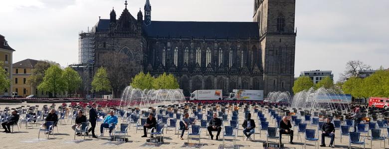 Aktion leere Stühle auf dem Magdeburger Domplatz