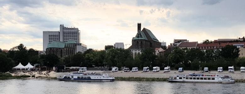 Blick auf das Westufer der Elbe , inkl. Strandbar und Schiffe der Weißen Flotte.