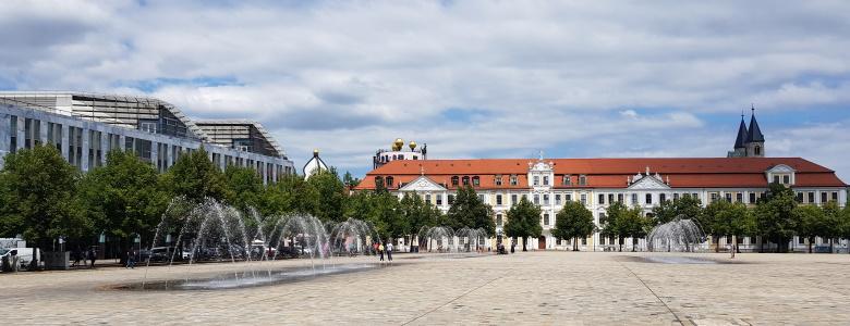 Blick vom Dom in Richtung Landtag und Nord-LB sowie Hundertwasserhaus