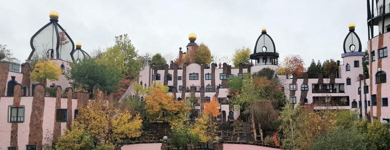 Blick auf die herbstliche Grüne Zitadelle vom Landtag aus