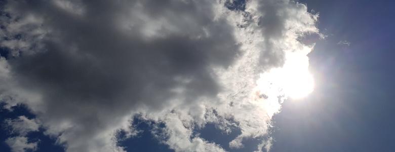 Die Sonne hinter den Wolken sehen